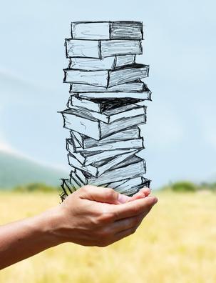 mains portant une pile de livres